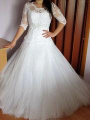 Свадебное платье белое со шлейфом и дорогим гипюром